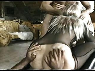 부츠의 복종하는 걸레는 모든 구멍에 자지와 딜도를 얻는다.