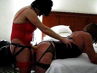 여자는 딜도 라구 딜도에 스트랩으로 그녀의 섹시 BF를 잤어.