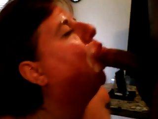 그녀는 남편과 그의 친구를 빨아 먹는다.