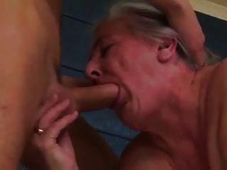 오래 된 매춘부 할머니 여전히 수탉 싶어
