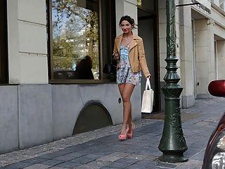 높은 하이힐 및 드레스 (+ upskirt)에 공개 된 십대 쇼핑