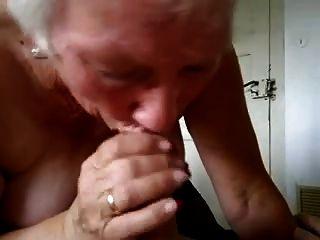 우유를 마시는 할머니