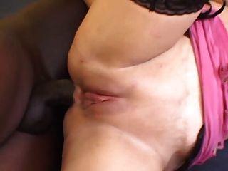 lovely 한 에스테르는 엉덩이를 위로 가져 간다.