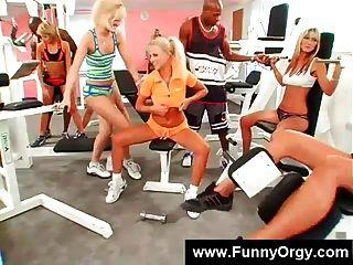 금발 소녀와 체육관에서 흑인들