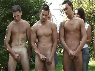 cfnm 포리스트에있는 숙녀를위한 5 명의 남자 동그라미 바보