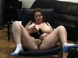 성숙한 핑거링은 포르노를보고있다.아마추어