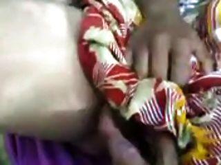 북인 인도 아줌마가 그녀의 고객에게 입으로주는