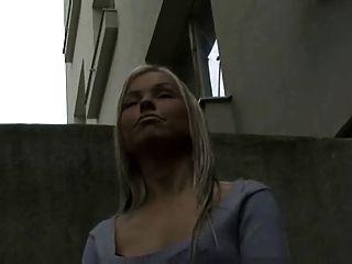 금발 아가씨는 그녀의 가슴을 보여 주며 현금으로 주무르기를 제공합니다!