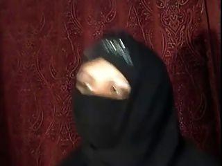 아라비아 hijab 소녀는 캠에 자신을 보여줍니다