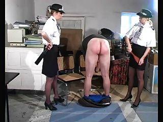 경찰들이 처벌하다