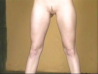 섹시한 노란색 미니 스커트 섹시한 베이비, 핑크 걔 집 애를 보여주기 위해 넓은 퍼짐