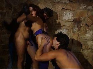 독일의 여주인은 그녀의 매달린 노예가 3 인조를 풀어 준다.