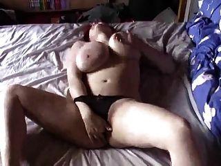 큰 가슴을 가진 bbw와 masturbates