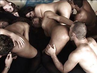 엉덩이를 핥아주고 주위에 손을 내밀어주는 사람들