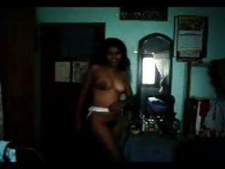 섹시한 그림 털이 타밀어 인디언 소녀 그녀의 곡선을 보여줍니다