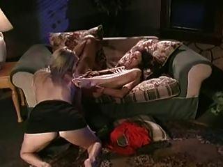 두 명의 뜨거운 레즈비언이 서로 먹는다.
