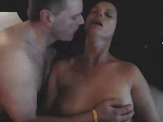 황소처럼 내 아내와 키스하는 여자.