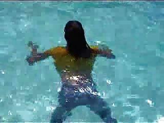 마조리는 야외 수영장에서 젖어있다.