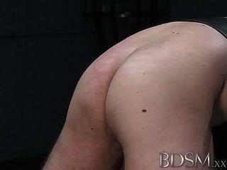 bdsm xxx 조용한 후드가 달린 노예는 잔인한 치료를받습니다.