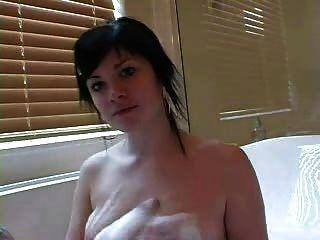 거품 목욕에 아름 다운 문신 된 소녀