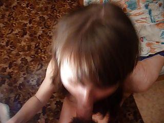 러시아 여자 masha는 그녀의 입에 큰 짐을진다.잘라 판.