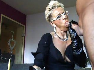 거대한 엉덩이에 뜨거운 아가씨가 심하게 두들겨옵니다.