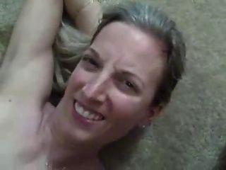 슈퍼 핫 아내가 그녀의 입에 정액의 거대한 부하를 가져옵니다!