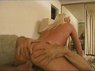 18 세의 린다 토렌이 48 세의 랜디 웨스트에 의해 못을 박았다.