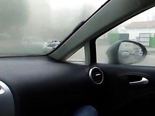 소녀는 자동차에서 자위한다.