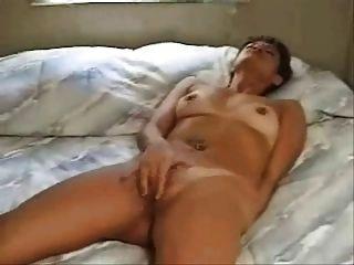 여자 (에드 퀴 스에 의해) 침대에 오르가즘을 문 지르고