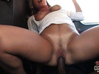 흰색 엄마 조이 린 뒷자리에 그녀의 검은 아들에 의해 사용되는