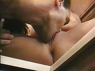부엌에서 그들의 섹스를 즐기고있는 뜨거운 부부