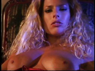 뜨거운 금발은 그녀의 놀라운 가슴을 문질러 그녀의 단단한 면도 한 상자