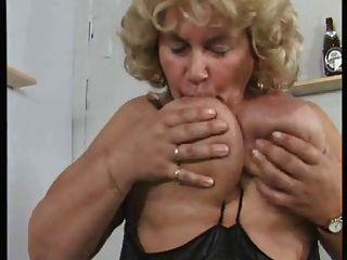 독일 bbw 할머니는 큰소리로 자신을 자위한다.