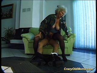 미친 늙은 엄마가 구강과 거시기에 깊은 구강을 가져옵니다.