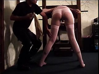 검은 머리의 애인은 외륜으로 때려 눕히는 그녀의 엉덩이를 얻는다.