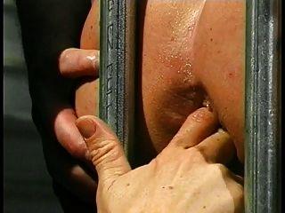 귀여운 젊은 갈색 머리에 끈을 가진 그의 엉덩이에 그녀의 갇힌 노예 소년 씨발