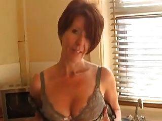 섹시한 아가씨가 주방에서 과시하다.