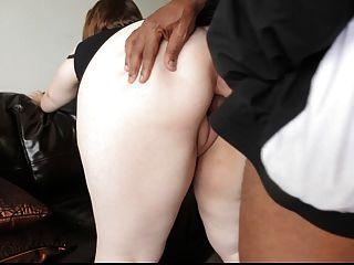 예쁜 bbw 엉덩이와 음부에 큰 검은 거시기를 가져옵니다.