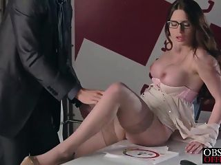 베로니카 헛된 그녀의 엄격한 보스 사무실에서 짐을 가져옵니다.