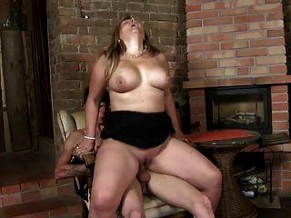 너무나 뜨거운 성숙한 엄마는 젊은 연인을 빨아 먹고 섹스를한다.