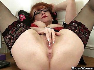 영국 milf red는 그녀의 단 숙성 된 성기를 작동시킵니다.