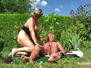 독일 할아버지와 할머니 정원에서 열심히 씨발