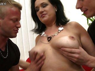 섹시한 엄마가 자기 아들과 아들을 빨아 먹지 않아.