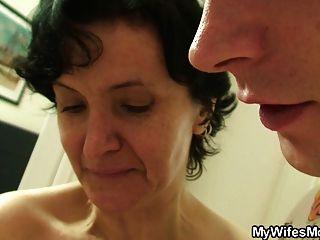 털이 많은 늙은 어머니와 소년 섹스