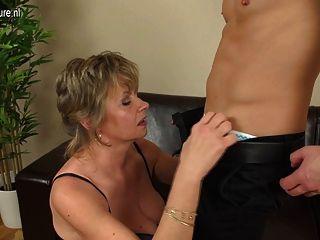 흥분한 성숙한 어머니는 그녀의 아들이 아니야.