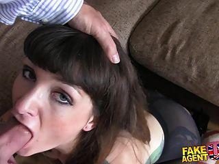 fakeagentuk 문신을 된 갈색 머리는 그녀의 부랑아가 대리인을 콕콕 사랑한다.