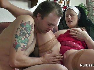 독일의 어린 소년이 그를 섹스 할머니 수녀를 유혹