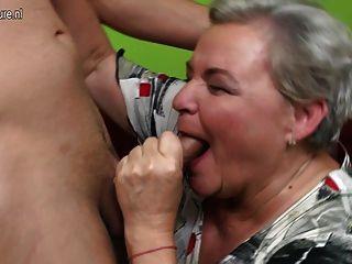 진짜 할머니가 그녀의 젊은 애인을 엿먹 였어.