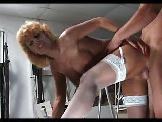 흰 스타킹의 금발 성숙한 아가씨는 더 어린 녀석을 엿 먹인다.
